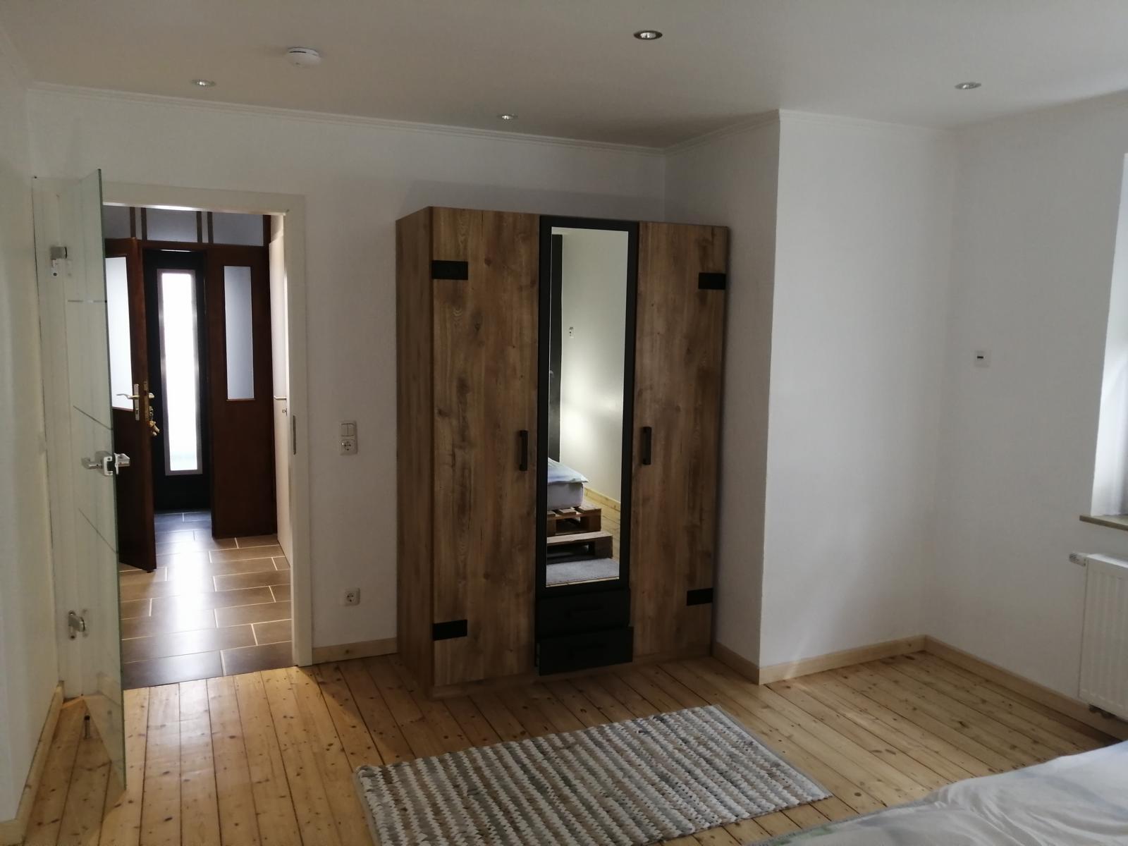 schlafzimmer-mit-schrank-1